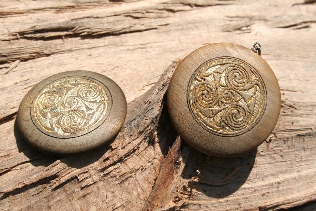 Amulett gebeizt, Lasergravur mit Blattgold