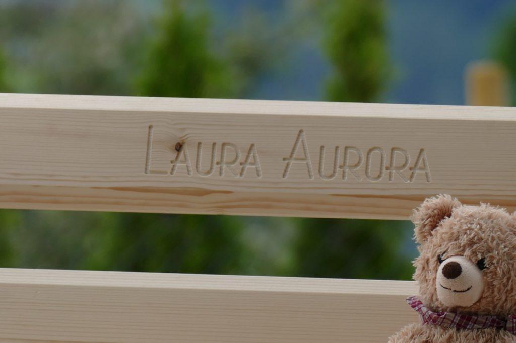Gefräste Namensgravur auf Kinder-Holzbank